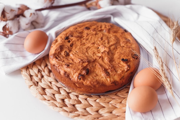 Gâteau de pâques et oeufs sur tissu en osier