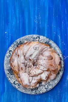 Gâteau de pâques portugais typique avec des fruits secs et des noix sur un beau plat