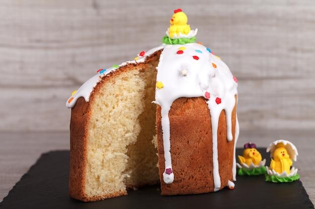Gâteau de pâques sur un support en ardoise