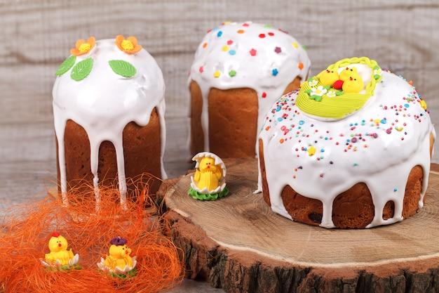 Gâteau de pâques sur un support en bois