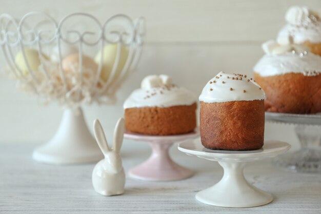 Gâteau de pâques sur support sur table en bois
