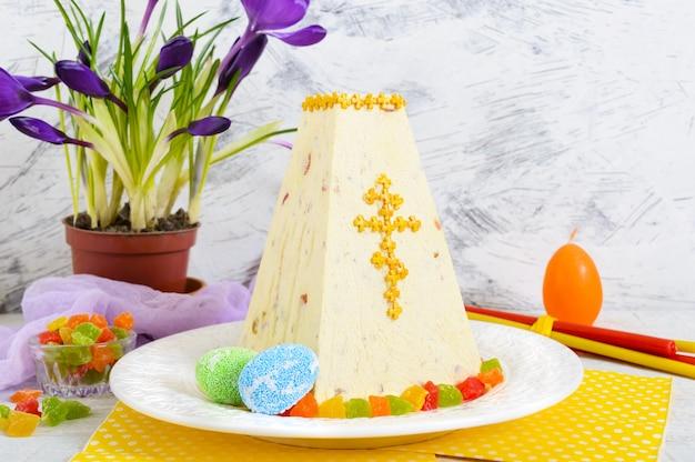 Gâteau de pâques traditionnel avec des fruits confits et des fleurs de printemps crocus sur le fond clair des vacances.