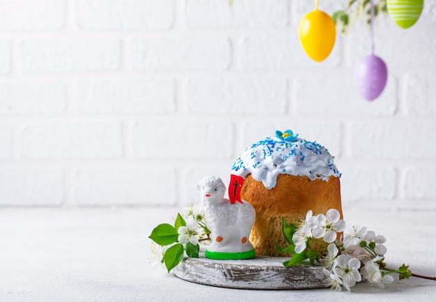 Gâteau de pâques traditionnel avec garniture