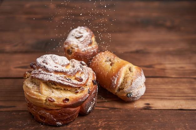 Gâteau de pâques traditionnel kraffin se dresse sur une table en bois contre une surface sombre
