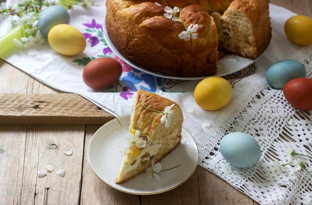 Gâteau de pâques traditionnel moldave et roumain avec garniture et décoration en forme de croix.