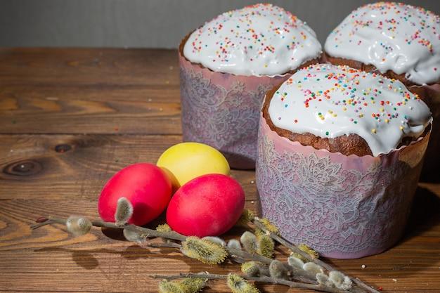 Gâteau de pâques traditionnel et oeufs de pâques colorés sur fond en bois. notion de pâques.