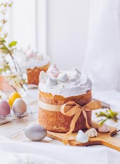 Gâteau de pâques traditionnel ukrainien avec meringue suisse blanche