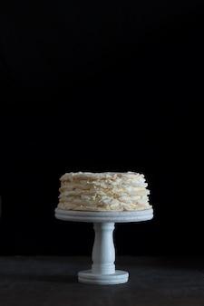 Gâteau pavlova aux fraises sur fond noir