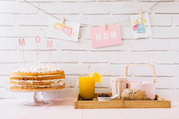 Gâteau et petit-déjeuner pour la fête des mères
