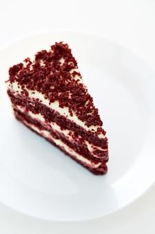 Gâteau et plaque de velours rouge