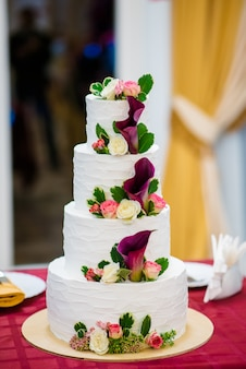 Gâteau à plusieurs niveaux avec des fleurs.