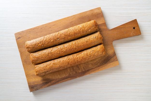 Gâteau de poisson chinois frit ou ligne de boule de poisson sur planche de bois