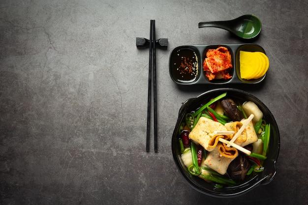 Gâteau de poisson coréen et soupe de légumes sur la table