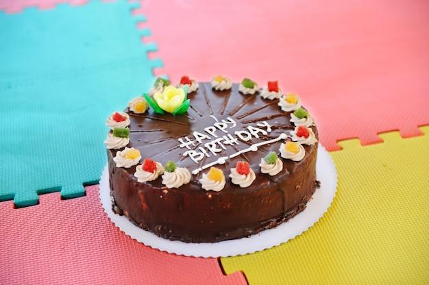 Gâteau pour fête d'anniversaire dans le jardin d'enfants