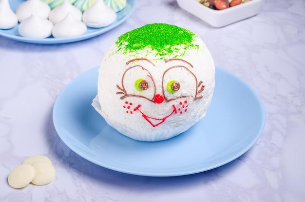 Gâteau protéiné sous forme de petit pain sur une plaque blanche