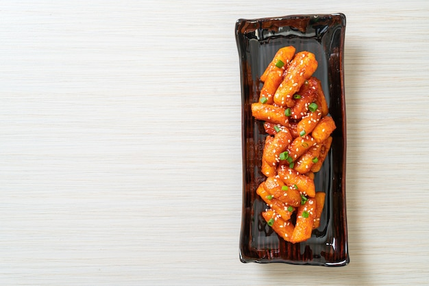 Gâteau de riz coréen frit (tteokbokki) avec sauce épicée - style de cuisine coréenne
