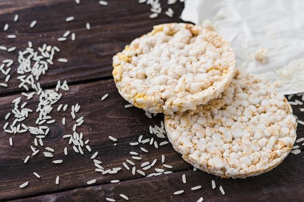 Gâteau de riz soufflé et grains sur une table en bois