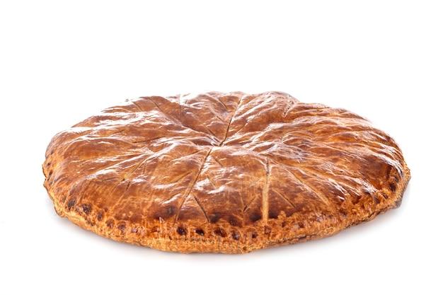 Gâteau roi devant une surface blanche