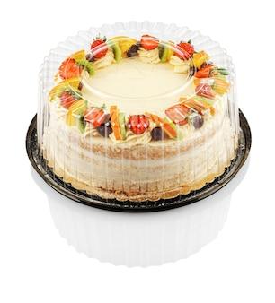 Gâteau rond aux fruits et baies dans un récipient en plastique isolé