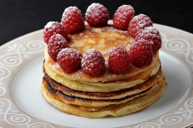 Gâteau rond de plusieurs couches aux framboises