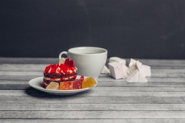 Gâteau rond rouge bonbons dessert bonbons collation en bois.