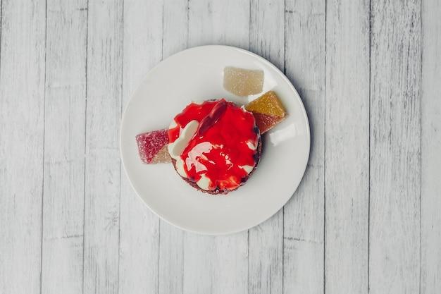 Gâteau rond sucré en velours rouge dessert snack fond en bois