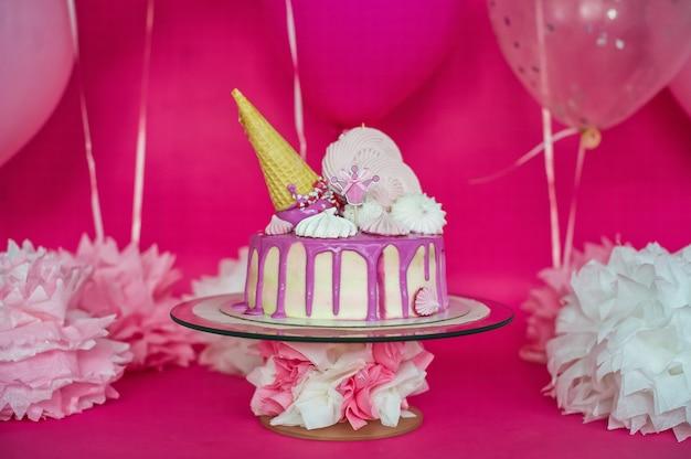 Gâteau rose à la guimauve et tube de glace