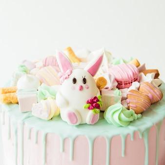 Gâteau rose avec lapin pour l'anniversaire des enfants. copier l'espace