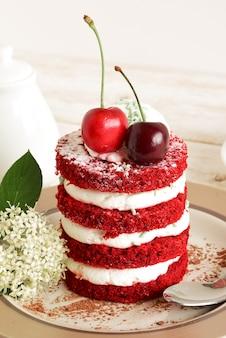 Gâteau rouge aux cerises