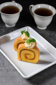 Gâteau roulé à deux tranches d'ananas ou gâteau mince bolu gulung nanas roulé avec confiture d'ananas
