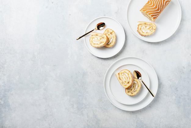 Gâteau roulé sucré avec biscuit blanc