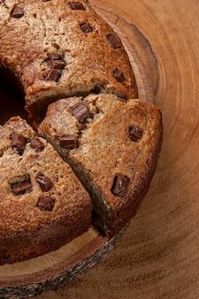 Gâteau rustique fait maison avec des morceaux de chocolat. vue de dessus