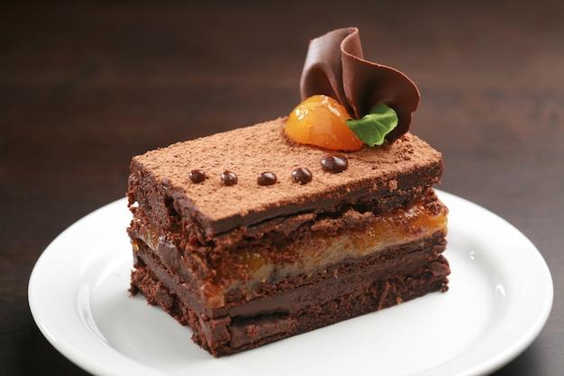 Le gâteau sacher, en allemand sachertorte, est un gâteau au chocolat autrichien typique, composé de deux plaques épaisses de gâteau éponge au chocolat et de beurre séparés par une fine couche de confiture d'abricot