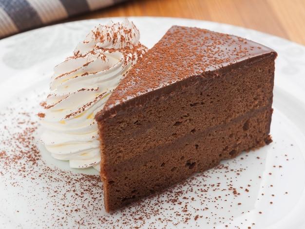 Gâteau sacher autrichien classique avec crème fouettée