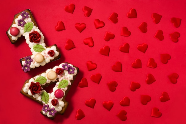 Gâteau de saint valentin avec 14 chiffres et coeurs rouges sur rouge