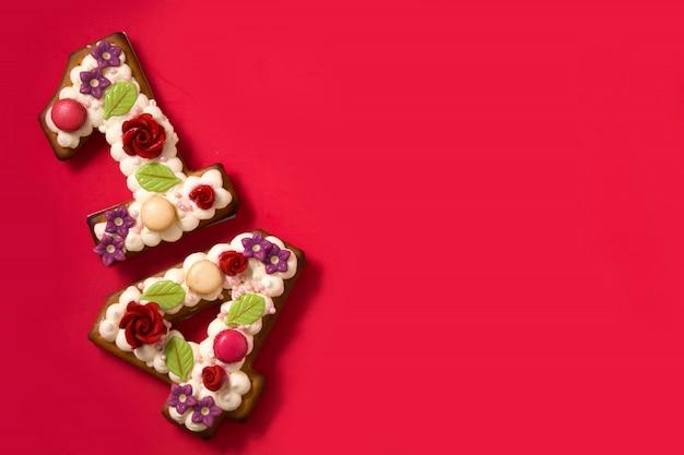 Gâteau de saint valentin avec forme de nombre sur rouge