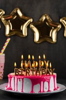 Gâteau savoureux avec arrangement de bougies
