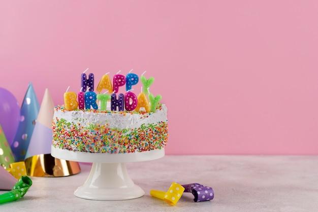 Gâteau savoureux avec des articles d'anniversaire