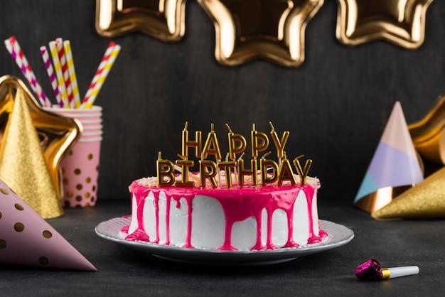 Gâteau savoureux avec assortiment de bougies