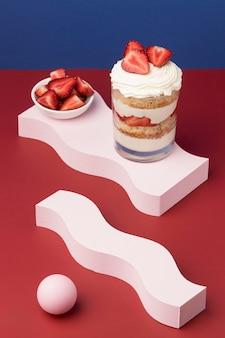 Gâteau savoureux dans un arrangement en verre