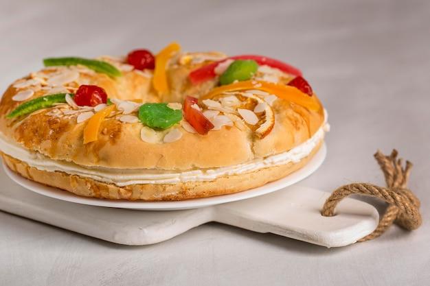 Gâteau savoureux épiphanie heureuse sur planche de bois