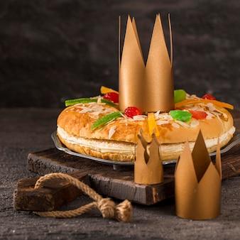 Gâteau savoureux épiphanie heureuse sur une planche à découper
