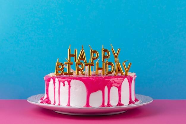 Gâteau savoureux avec glaçage et bougies