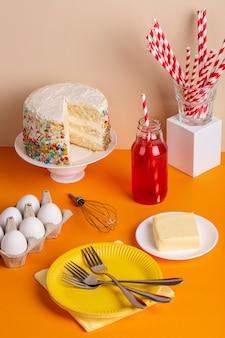 Gâteau savoureux et oeufs à angle élevé
