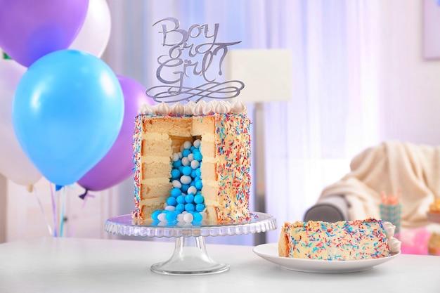 Gâteau savoureux pour baby shower party sur table