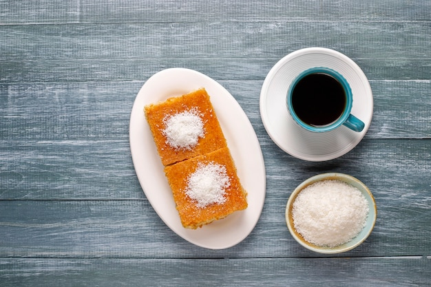 Gâteau à la semoule dessert turc fait maison.