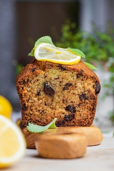 Gâteau sucré aux courgettes, chocolat et zeste d'orange