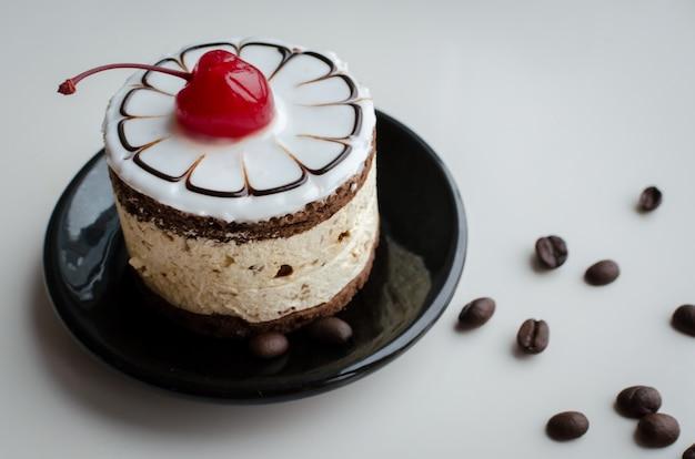 Gâteau sucré avec une cerise