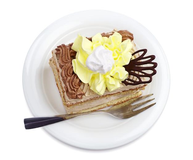 Gâteau sucré dans une assiette sur blanc vu d'en haut