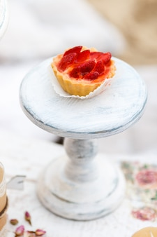 Gâteau sucré et délicieux avec des fraises sur un support